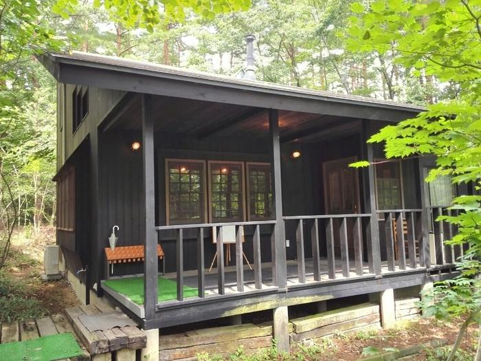 別荘のような佇まいで、1階にはテーブル席とカウンター、2階にはテーブル席と図書室があります。