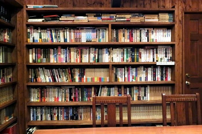 店名の通り、2階にはたくさんの本がずらり。蔵書約5,000冊のうち、閲覧可能なのは1,800冊ほど。重厚な雰囲気は、まさに図書館のよう。
