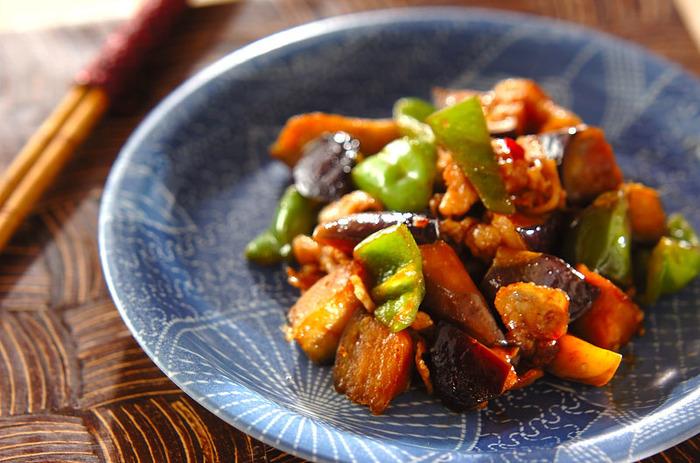 ピーマンとナスに豚バラ肉を中華風の味付けで炒めた一品。豆板醤のピリっとした辛さが、ご飯のお供にぴったりです、ピーマンやナスは大き目の乱切りにすると食感も楽しめて◎