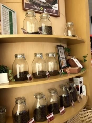 「CafeDazy(カフェダジィ)」では、各生産国が高規格に格付けした珈琲豆を生豆(焙煎する前の緑色の珈琲豆)から仕入れ、全て店内で焙煎しています。好きな焙煎豆と、ハンドドリップ・エアロプレス・フレンチプレスの3種類の抽出方法を選んで飲むことができます。自分好みのコーヒー豆を探してみませんか?