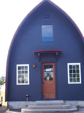 県道308号線沿いにある「CHILLOUT STYLE COFFEE(チルアウト スタイル コーヒー)」は、赤い屋根と青い壁が特徴的なカフェ。
