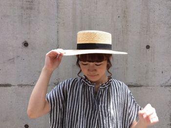 耳の近くの毛束をカーリーにスタイリング。初々しさがアップして、さらに夏帽子がマッチするヘアに!