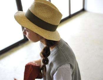 女性らしさがアップする、ナチュラルな帽子とサイド寄せアレンジの組み合わせ。ふわっと丸い玉ねぎヘアなら、トレンド感も申し分ナシ♪人によって左右どちらに寄せるかでイメージが変わるので、両方試して横顔が映える方を選んで。