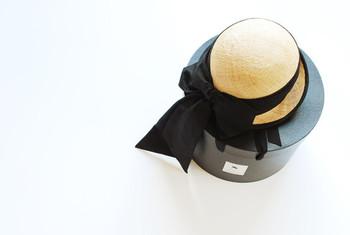 これからの季節にマストなナチュラルハット。その雰囲気や形に合わせてアレンジをチェンジすれば、プレーンな着こなしもグッとおしゃれな印象に。夏らしい帽子を被るときは、ぜひ参考にしてみてくださいね!