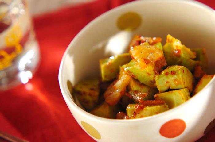 アボカドを切って、キムチとごま油を混ぜるだけ。お酒のおつまみにも。お好みで韓国のりに巻いて食べても美味しいですよ。