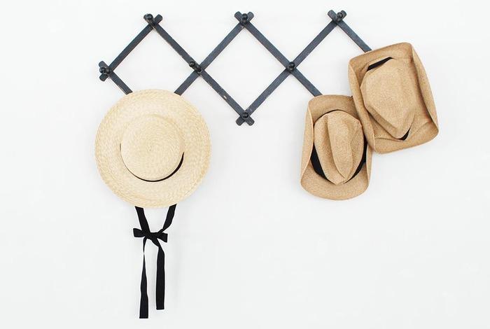 ナチュラルな素材でつくられた夏の帽子。ただ被るだけでもいいけれど、ヘアアレンジを少し工夫すれば、さらにおしゃれなスタイルを楽しむことができます。 今回は、ナチュラルハットにマッチする、フェミニンなヘアアレンジを大特集します♪