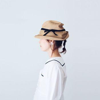 あえて少し高い位置で結び、快活なガーリー感を演出。帽子の形を活かしたアレンジで、計算されたおしゃれ感をしっかりアピールして。ゴムはあまり太過ぎないものがベターです。