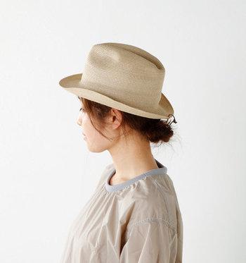 うなじを出すローシニヨンで女性らしく♪メンズライクな形のハットも、たちまちフェミニンな表情にシフトします。合わせ鏡で後ろからの仕上がりもしっかりと確認を!