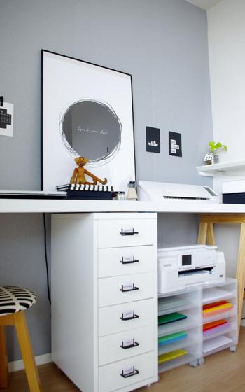 ポリプロピレンケースにカラフルな画用紙を入れつつ、プリンター台として利用。実用面はもちろん、お部屋に入るたびに気分がウキウキしそうです。引き出しを抜いて使っているので、中身が取り出しやすいのも◎。