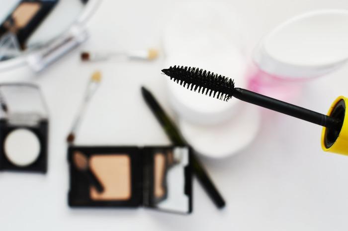 眉マスカラを使う順番は、ペンシルやパウダーで整えた後「いちばん最後」に使います。最後に使うことで眉毛をコーティングしてくれる役割になり眉メイクのもちを良くしてくれます。