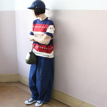 個性的なボーダーTシャツで、インパクトのあるトリコロールカラースタイルに。ゆとりのあるトップスのサイジングと、デニムのふっくらとしたシルエットが今どき。