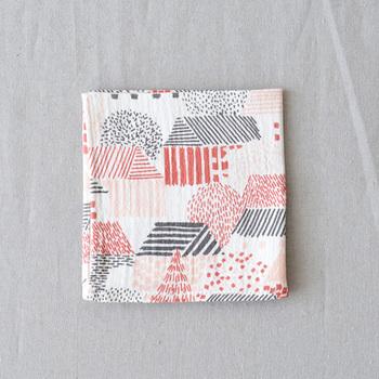 どこか懐かしい絵柄のハンカチ。愛媛県今治市の上質なダブルガーゼを使って作られています。ふんわりとした感触と「点と線模様製作所」オリジナルのテキスタイルが魅力♪