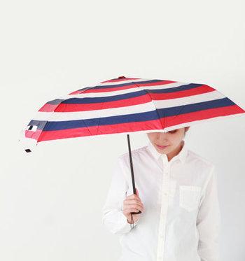 これからの季節にマストな日傘。トリコロールカラーを選べば、傘をさす姿もおしゃれ感たっぷりにチェンジ。シンプルなシャツスタイルに持つだけでもサマになります。