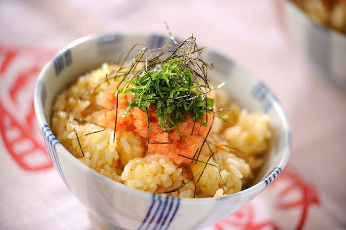 ズボラ飯の代表的存在・卵かけご飯。卵だけだと少し寂しいですが、明太子や大葉を加えれば立派な丼ものになります! 包丁も火も使わないのでとっても楽チンです。