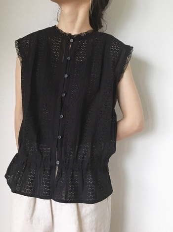 柔らかい透け感のある素材の洋服は、色気を感じさせるのには欠かせないアイテム。透けすぎていると、品のない印象になってしまうので、ほどほどに取り入れたいですね。