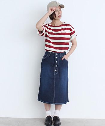 レッド×ホワイトのボーダーに、ミモレ丈のデニムスカートを合わせて。Tシャツに入っている深みのあるレッドと、スカートのフロントに並んだ5つのボタンがアクセント。