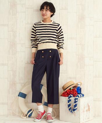 夏感溢れるボタンつきのマリンパンツ。スニーカーをレッドにすることで、パンツのネイビーがより深く艶やかに際立ちます。間にはホワイトのソックスを挟み、アクティブかつボーイッシュな足元に。