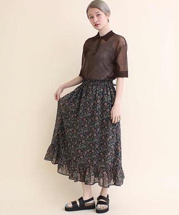 ヴィンテージな空気が漂うスカートスタイル。シューズには厚底のスポサンを指名し、足元からきちんと旬な香りを振りまいて♪トップス・スカートともに透け感があるので、暗めの配色でも重たいイメージにはなりません。