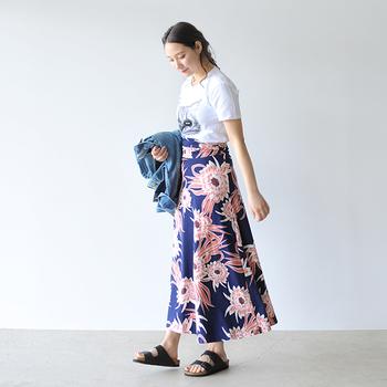 大胆な色柄のロングスカートは、いつものTシャツで自分らしく着こなして。サンダルもあえてボーイッシュなデザインをセレクト!