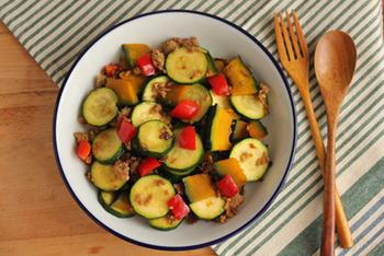 カラフルで食欲をそそりますね。ズッキーニやパプリカなどの夏野菜をザクザク切ったらあとはフライパンで炒めるだけ。味付けもシンプルで簡単ですが、オイスターソースとニンニクの風味でごはんが進みますよ。