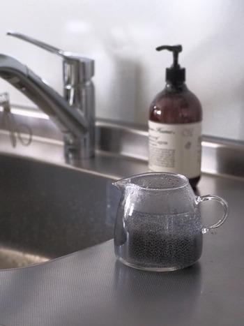 どうしても雑菌が気になった場合は耐熱容器にスポンジを入れ、75~90℃以上のお湯に1分以上晒しましょう。