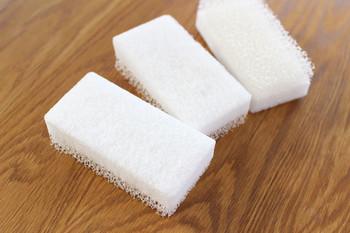 スポンジは使った後、汚れや洗剤をよく洗い、水気を切って風通しのよい場所で保管することが重要。そして劣化する前に交換すれば、特別なお手入れは必要ない、と言ってもいいかもしれません。