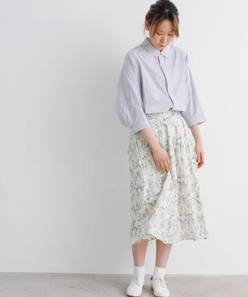 夏にふさわしいホワイト系のワントーン。スカートのボタニカルプリントのおかげで、あっさりし過ぎず、爽やかかつ立体感のあるコーディネートに。オーセンティックなシャツとレースアップシューズが可憐な印象。