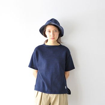 表情をキリッと見せたいときは、深いインディゴブルーのデニム帽子を指名。トップスもネイビーにし、コーディネート全体にまとまりを持たせて。