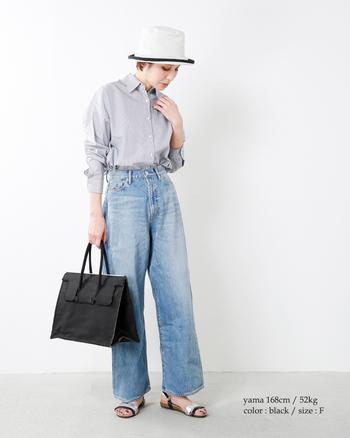 かっちり感のあるスクエアバッグも、素材をデニムにすれば適度にラフなルックスに。リラクシーな休日スタイルにも違和感なくマッチします。