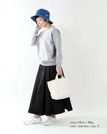 着こなしの「もう一声!」に応えてくれるデニムの帽子。モノトーンの差し色になるよう、色は明るめのブルーをチョイス!スニーカーとバッグはホワイトで揃え、ラフな装いに清潔感を呼び込んで。