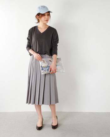 品行方正なプリーツスカートは、真逆のテイストをゆくデニムキャップで着崩すのがGOOD!バッグもプレイフルなデザインを選んでキャッチ―な装いを堪能。