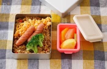 電子レンジで簡単に作れるカレーピラフのお弁当。カレーピラフの上に卵やブロッコリーなどを乗せれば、見栄えもよく栄養バランスも◎