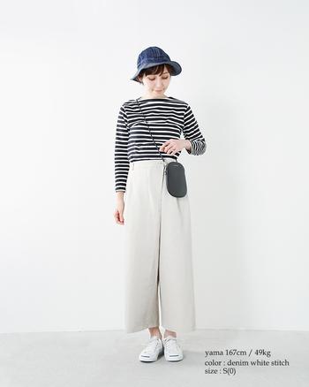 バランス調整が難しいクロップド丈のワイドパンツ。肉厚なデニム帽子をオンすることで、重みが分散されて安定感のある着こなしに♪