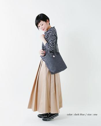 重心が下に偏りがちなロングスカート。小振りなデニムバッグを高めの位置から提げることで、ウェイトが引き上げられてスタイルアップが叶います♪