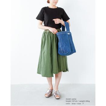 ともすると普通に収まってしまうTシャツとスカートの組み合わせ。ユニークなバケツ型バッグを手元に添えて、ちょっぴりインパクティブなスタイルに♪