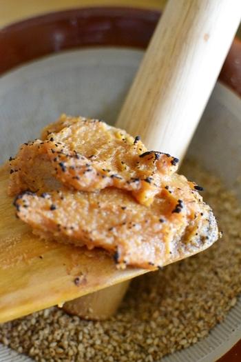体にいいといわれる麴、ゴマをすって味噌、醤油、酒、砂糖を合わせてつくる万能調味料は冷蔵庫で3ヶ月で保存可能。和風てりやき風味で魚やお肉など何にでも合いそうです。