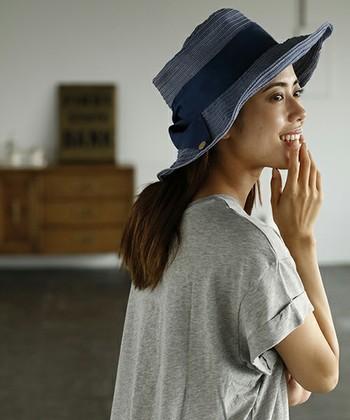 ほんのりガーリー感が欲しいなら、大きめのリボンがあしらわれたつば広帽子が◎。プレーンなTシャツに合わせても、しっかりフェミニンな空気が漂います。