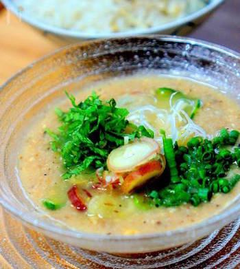 宮崎や山形の郷土料理としても有名な冷やし汁(冷汁)は夏バテ時にもぴったりで、これからの季節にお薦めのレシピ。ご飯にかけたりお豆腐にかけたりとその時の気分によって組み合わせを変えても良し◎