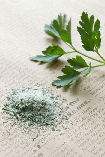スーパーでも最近はハーブ塩は豊富に並んでいますが、お家で育てたハーブで作るのも楽しそう♪パセリやバジル、大葉など好きなハーブをすり鉢ですって作ってみましょう!