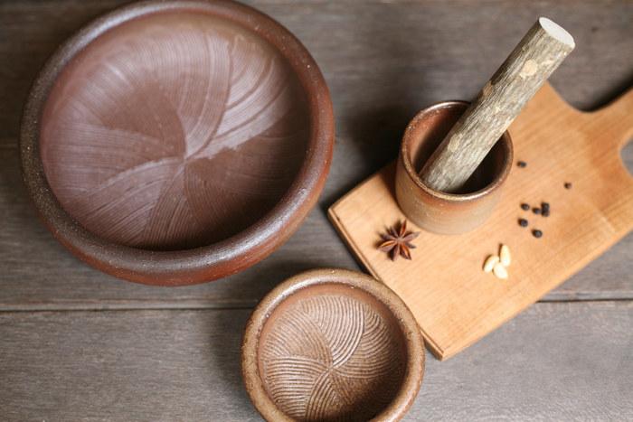 すり鉢の用途としてまずぱっと思い浮かぶのは、ゴマをする事ですが他にもハーブやスパイスを擦ったり、お料理の過程で実は役立つ機会が多いんですよ!