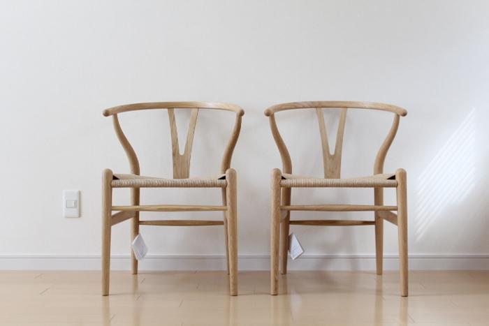 ヴィンテージチェアに興味がある方も多いと思います。日本人より体格が大きい欧米人向けに作られた家具とのことで、サイズも大きく座高も高め。その分座り心地が深くリラックス感があるのですが、既存のテーブルと合わない場合も。 実際に見て座って確かめてから購入するのがおすすめです。