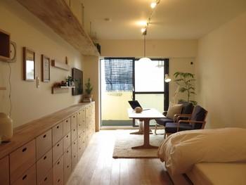 こちらのお宅は無印良品のインテリアをふんだんに取り入れて、すっきりとしたお部屋に仕上がっています。 木のフレームや壁面ラックが壁面に温もり感を添えていますね。