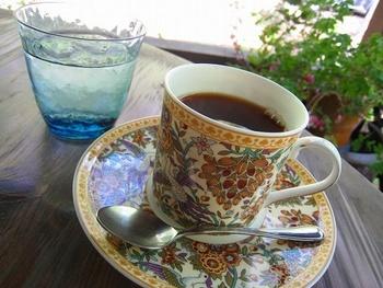 一客ずつ違うデザインのカップはマイセンやミントンなどのもの。コーヒーは9種類の豆から好みのものをオーダーできます。素敵なカップでいただくコーヒーは、豊かな気持ちにさせてくれそうです。
