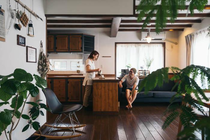 自然素材の色味は統一して…とはよく言われる手法ですが、いろんな木を取り入れてもうまくいくパターンも。それがこちらのお宅です。 重厚感のある濃いブラウン系のシックなお家ですが、置かれている家具は床よりも明るい木のインテリアになっていて、重すぎず木の個性を楽しめるお部屋です。