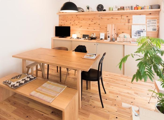 こちらのお宅はインテリアコーディネーターである家主さんが、DIYしたお部屋なのだそう。 使用されている木材は杉。こだわったのは木の節穴で、床にも壁面にもたくさんあって他にないユニークな表情に。