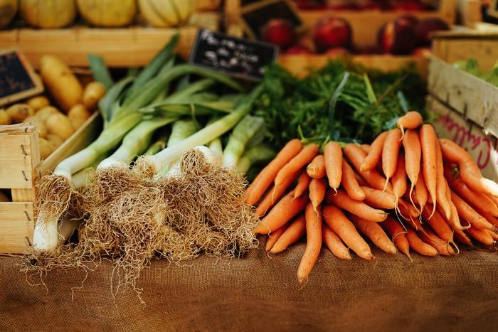 30秒ほど流水にさらすことで、かなり減少効果があると言われます。根菜類は残留農薬が少なめですが、専用のスポンジなどでこすり洗いをすると、さらに安心です。