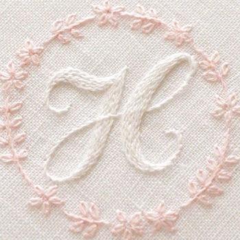 名前のイニシャルを刺繡するアイディアも♪刺繡糸の色を変えたり、お花などの刺繍を組み合わせるのも素敵です。刺繡が難しい時には、レース糸で作ったモチーフを縫い付けるのも良いでしょう。