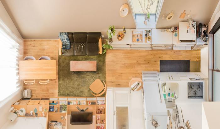 木や自然素材の魅力にハマりたくさん取り入れていらっしゃるお家では、実際にどのようなお部屋作りをされているのか気になりませんか?個性的なお部屋が豊富なgood roomさんからご紹介させていただきます。 こちらはリノベーションのお部屋で、床は素足に気持ち良い無垢。上から眺めるとあちらこちらに木肌が見え、柔らかな印象です。 キッチン雑貨も自然素材で統一し、壁面で見せているのも素敵ですね。