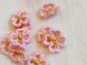 また、アップリケを縫い付けてアレンジする方法もありますよ。アップリケだけでも良いですし、刺繡と組み合わせるのも◎市販のアップリケから好きなデザインを探せば、縫い付けるか、あるいはアイロンで貼るだけなので簡単です。