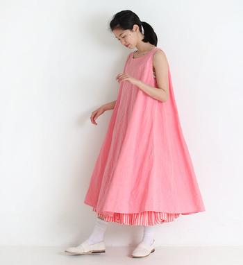 リネン服と言えば、ナチュラルな生成り、ベージュ、白、黒というイメージがありますが、こんなに鮮やかなピンクカラーのリネン服はいかがですか?